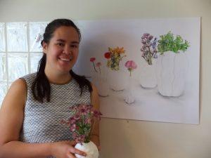 Mai Linh met twee van haar kunstwerken
